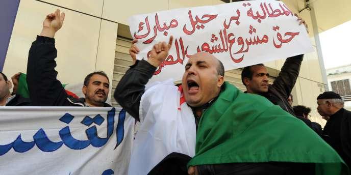 Des représentants de la Coordination nationale pour la démocratie et le changement (CNDC) se rassemblent devant l'ambassade d'Egypte, mercredi 9 février.