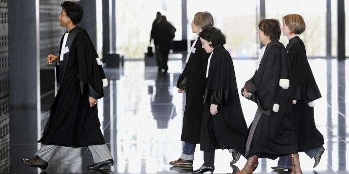 Des magistrats sortent d'une assemblée générale le 4 février 2011 au Palais de Justice de Nantes, après avoir voté la veille