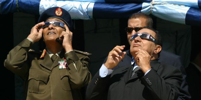 L'ancien ministre de la défense, Mohammed Hussein Tantaoui (à gauche), au côté du président déchu Hosni Moubarak, en mars 2006.