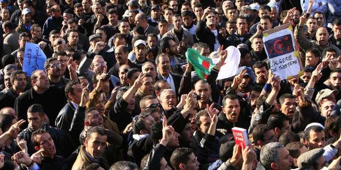 Près de 2 000 personnes ont manifesté à Alger malgré un impressionnant dispositif policier.