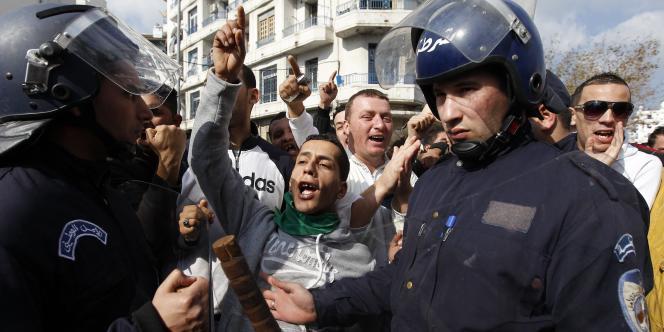Quelque 2 000 personnes ont tenté de marcher samedi 12 février à Alger à l'appel de l'opposition pour