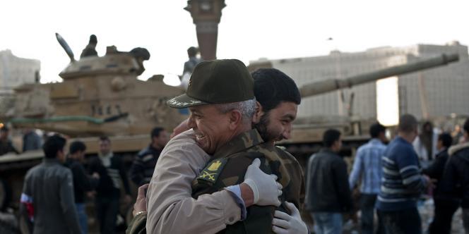 Un manifestant et un militaire s'embrassent, place Tahrir, au Caire, samedi 12 février 2011, pour célébrer la démission de Hosni Moubarak.