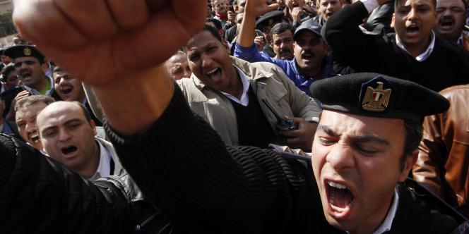 Manifestations de policiers, dans le centre du Caire, dimanche 13 février.