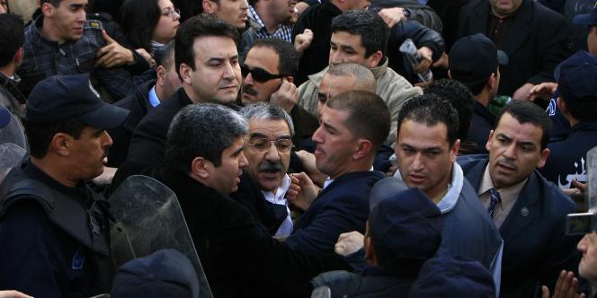 Saïd Sadi, le leader du Rassemblement pour la culture et la démocratie (RDC), lors de la marche du 12 février 2011 à Alger.