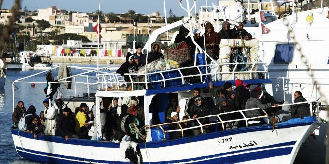 L'un des bateaux chargés d'émigrés tunisiens à son arrivée sur l'île de Lampedusa (Italie), le 13 février.