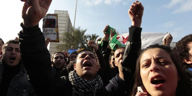 Des jeunes Algériens manifestent à Alger, le 12 février 2011.