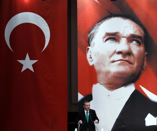 Le premier ministre turc, Recep Tayyip Erdogan, devant le portrait de Mustafa Kemal Atatürk, lors d'un discours devant son parti, l'AKP, à Ankara, le 16 juillet 2010.