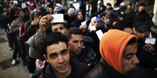 Des immigrés tunisiens sur l'île de Lampedusa, le 14 février.