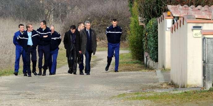 Le procureur de Toulouse, Michel Valet, discute avec des gendarmes de la brigade d'identification criminelle sur un chemin où ont été découverts des empreintes et des indices dans l'enquête sur la disparition de la joggeuse Patricia Bouchon, le 16 février 2011, à l'entrée de la commune de Bouloc.