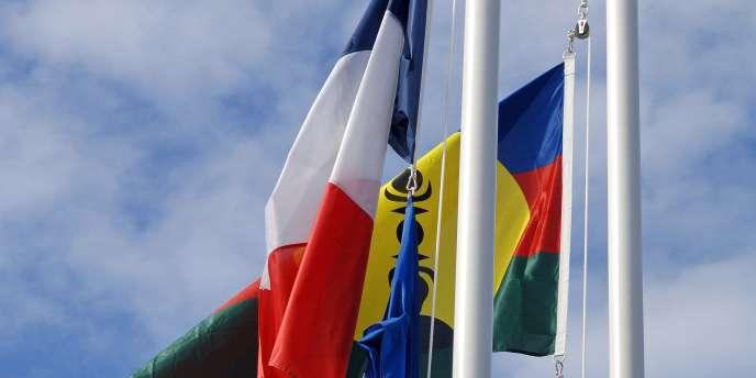 Les drapeaux français et kanak, hissés côte-à-côte lors d'une cérémonie officielle en présence de François Fillon, le 17 juillet 2010 à Nouméa.