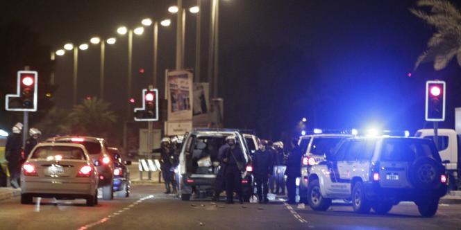 Des policiers déployés à proximité de la place de la Perle, rebaptisée