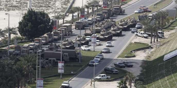 Des chars de l'armée déployés sur la place de la Perle à Manana, capitale du Bahreïn, jeudi 17 février.