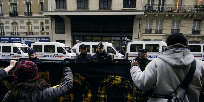 Des manifestants du DAL (Droit au logement) devant le siège de Paris Habitat, rue Claude-Bernard, dans le 5e arrondissement de Paris, en 2006.