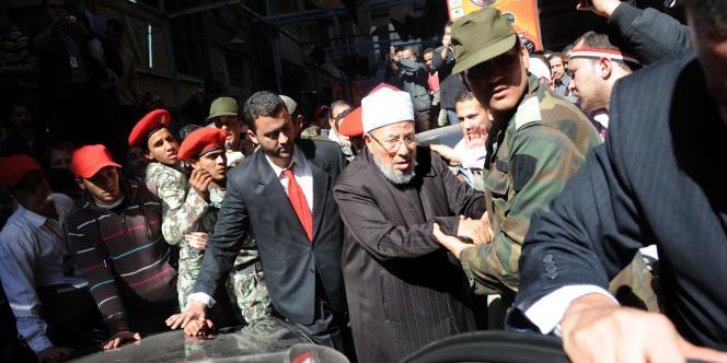 Le cheikh Youssef Al-Qaradaoui place Tahrir, au Caire, le 18 février 2011.