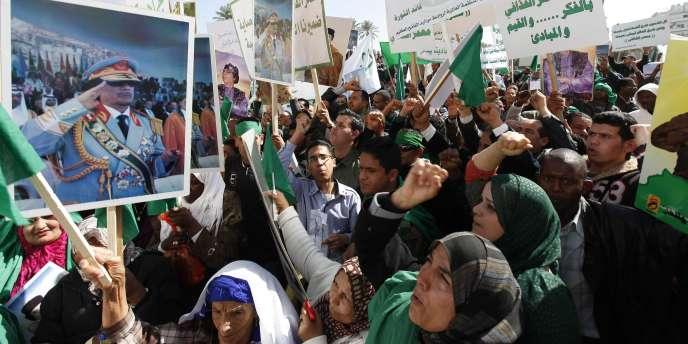 Des manifestants pro-gouvernement dans les rues de Tripoli en Libye, le 17 février 2011.