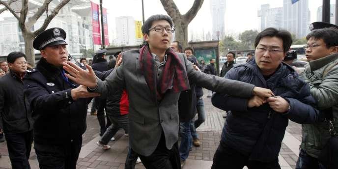 Un homme est arrêté par la police à Shanghaï, dimanche 20 février 2011.