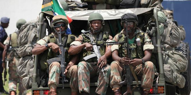 Des soldats sud-africains escortent le président Jacob Zuma.