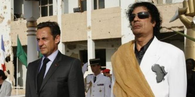 Photographie de Nicolas Sarkozy et Mouammar Kadhafi, lors de la visite du président français en Libye, en juillet 2007, sur le site de l'Elysée.