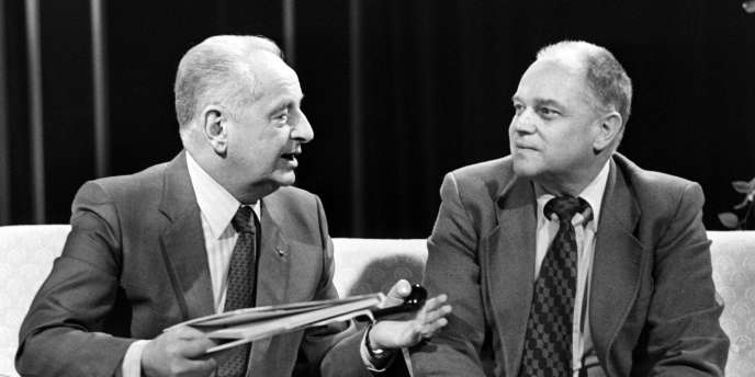 Jean Lartéguy (à droite) discutant avec le général Marcel Bigeard, qui inspira