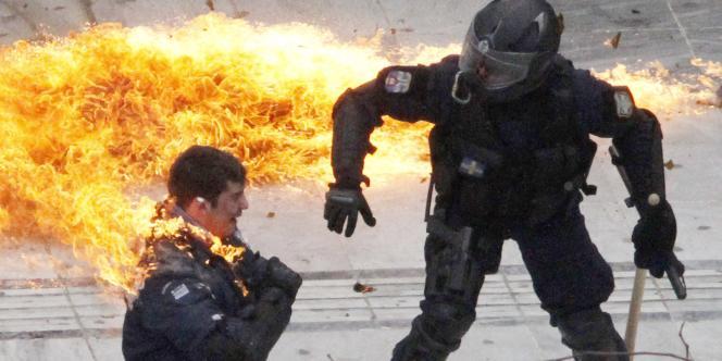 Un policier s'enflamme à Athènes, pendant la manifestation du mercredi 23 février.