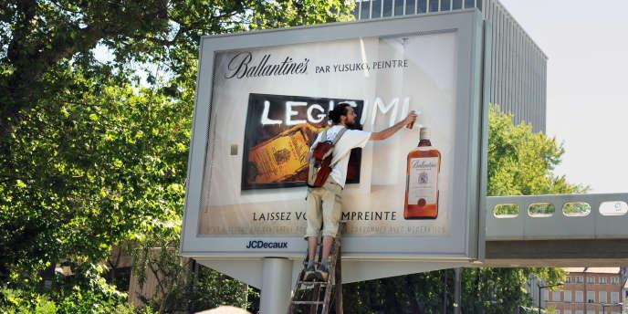Opération anti-pub sur un panneau lumineux.