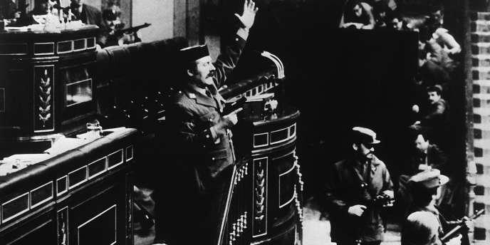 Le lieutenant-colonel Tejero fait face aux députés et aux ministres peu après son irruption dans le palais des Cortes, le 23 février 1981. Il sera condamné condamné à 30 années de prison pour cette tentative de coup d'Etat.