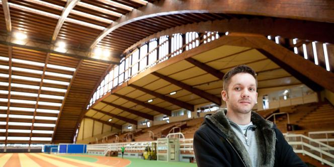 Portrait de Pierre-Jean Vazel, entraîneur d'athlétisme, dans le gymnase de l'Insep Vincennes.