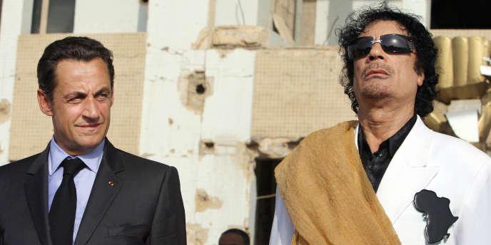 Mouammar Kadhafi accueille Nicolas Sarkozy lors de son arrivée à Tripoli, le 25 juillet 2007.