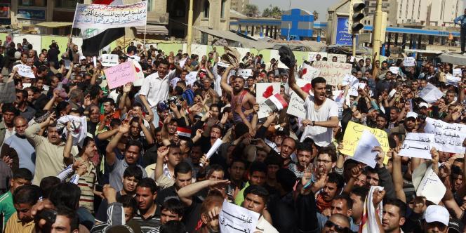 Des milliers d'Irakiens en colère manifestent vendredi 25 février à Badgad.