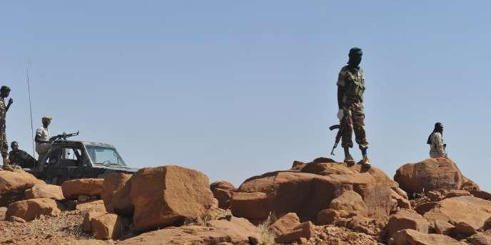 Des soldats nigériens, le 26 septembre 2010, à proximité d'Arlit après une attaque d'AQMI. .