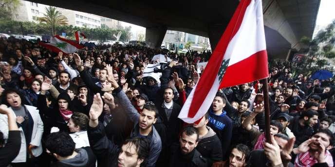 Des Libanais manifestent contre le confessionnalisme, dimanche 27 février, à Beyrouth.