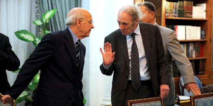 Le ministre de l'industrie et de la technologie, Mohamed Afif Chelbi, à droite, figurait dans le dernier gouvernement du président déchu Zine El-Abidine Ben Ali.
