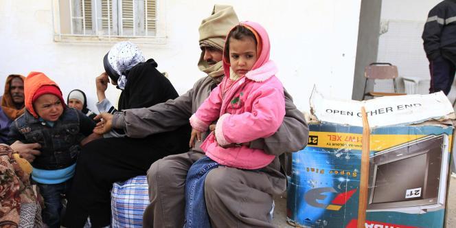 Des réfugiés égyptiens attendent dans un camp de réfugiés de Ras Jedir, à la frontière tuniso-libyenne lundi 28 février.