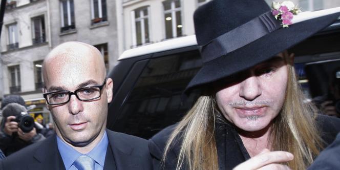 John Galliano se rend au commissariat de police aux côtés de son avocat Stéphane Zerbib, le 28 février.