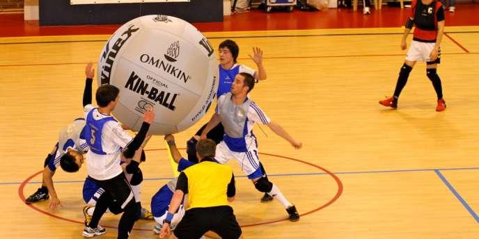Des joueurs de kin-ball en action.