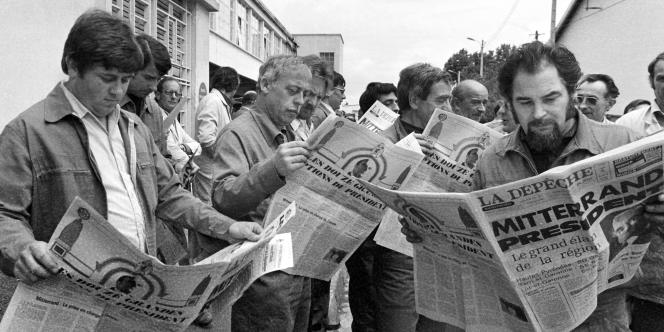 Des ouvriers de la Société nationale industrielle aérospatiale, à Toulouse, au lendemain de l'élection de François Mitterrand à la présidence de la République, le 11 mai 1981.