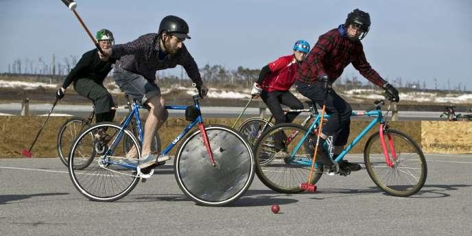 Des joueurs de bike-polo, version urbaine du vélo-polo.
