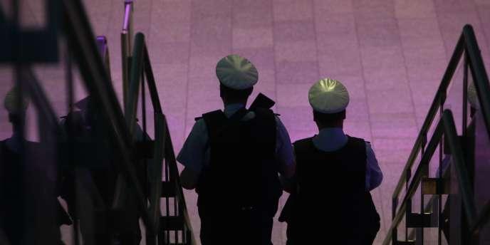 Deux membres de la police fédérale allemande (Bundespolizei), spécialisée dans la sécurité et le maintien de l'ordre, patrouille dans l'aéroport de Frankfort.