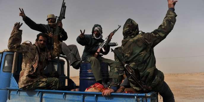 Des insurgés opposés à Mouammar Kadhafi font le signe de la victoire, à quelques dizaines du kilomètres de Ras-Lanouf, vendredi 4 mars.