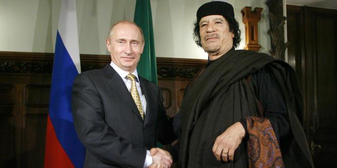 Vladimir Poutine et le colonel Kadhafi à Moscou, le 1er novembre 2008.