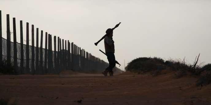 Un insurgé libyen dans la zone de Ben Jawad, où se situait samedi soir le front oriental de la bataille pour la Libye.