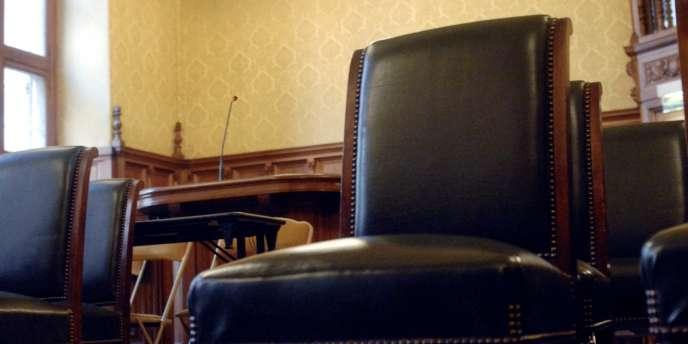 Photo de la chaise qu'occupera l'ancien président de la République Jacques Chirac lors de son procès dans l'affaire des emplois fictifs.