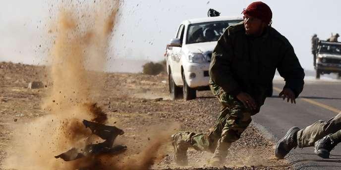 Lors des combats à Ben Jawad, un rebelle évite de peu un tir de mitrailleuse.