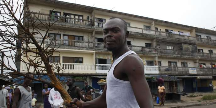 Un partisan d'Alassane Ouattara à Abidjan.
