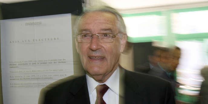 Le maire de Nice Jacques Peyrat arrive au bureau de vote, le 16 mars 2008 à Nice, avant de voter lors du second tour des élections municipales.