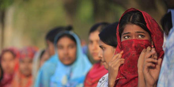 Des salariées de la Grameen Bank après que le Prix Nobel de la Paix Muhammad Yunus a été évincé, le 8 mars, de cet organisme de microcrédit qu'il avait fondé au Bangladesh.
