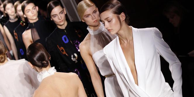 Des mannequins défilent pour présenter la collection de prêt-à-porter automne-hiver2012 du couturier Stefano Pilati pour Yves Saint Laurent, le 7mars 2011 à Paris.