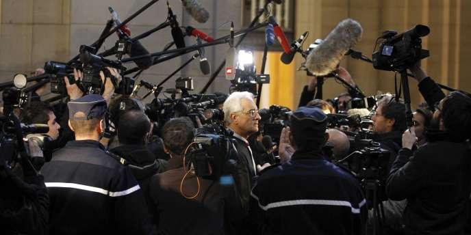 L'avocat Jean-Yves Leborgne est entouré par des journalistes, le 7 mars 2011, au palais de justice de Paris.
