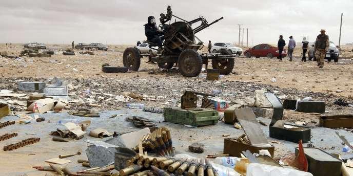 Un rebelle libyen tient une arme anti-aérienne à Ras Lanouf, mardi 8 mars 2011.
