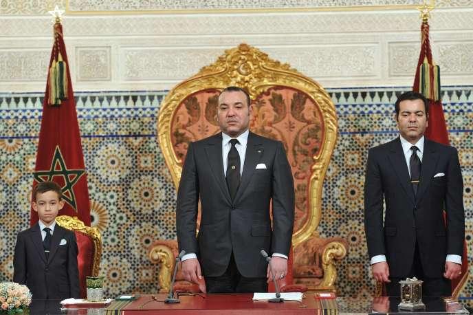 Le roi Mohamed VI, entouré de son fils Moulay El-Hassan (à gauche) et de son frère Moulay Rachid.